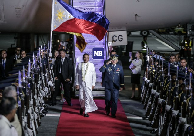Sri Lankan President Maitripala Sirisena begins his five-day state visit to the Philippines as he arrived at the Ninoy Aquino International Airport late Tuesday. Sirisena is set to have a bilateral meeting with President Duterte at the Malacañang Palace on Wednesday. ( Jun Ryan Arañas )